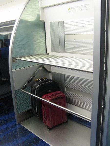 デッキと客室の間にある荷物置き場