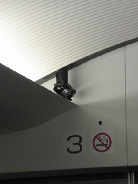 荷物置き場の天井には盗難防止のため防犯カメラが設置されている