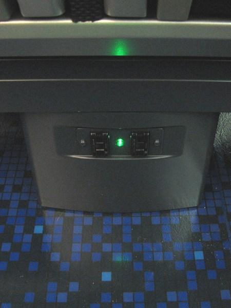 座席の脚台にはコンセントが設置されている。