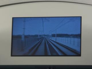 客室とデッキの仕切りドア上部にある液晶ディスプレイ。走行中は前面展望映像を表示する。