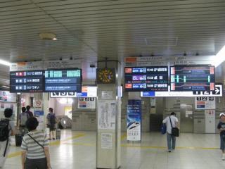 改札内にある発車標は成田スカイアクセス線開業に合わせて全て液晶ディスプレイに交換された。