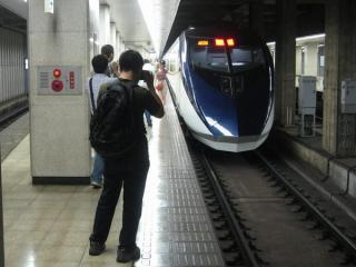 京成上野駅2番線に停車中のAE形「スカイライナー43号」。デビュー直後ということもありホームは撮影する人たちで大盛況