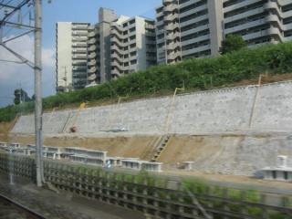 千葉ニュータウン内は成田新幹線と並走する予定だった掘割の中を走る。