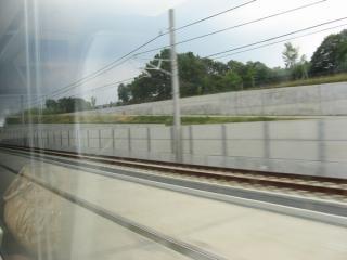 印旛日本医大駅を出ると新線区間に入り猛烈な加速。