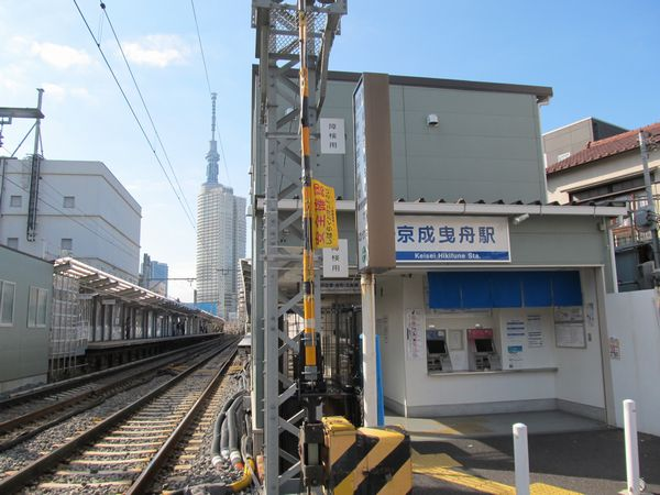 上下線とも仮線化された京成曳舟駅。遠方には東京スカイツリー。