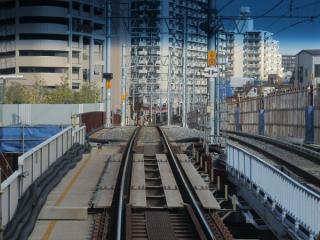 下り列車の前面展望。手前のプレートガーター橋の下は東武亀戸線。
