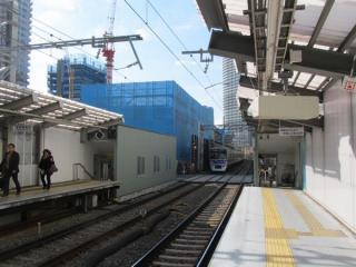 京成曳舟駅ホームから押上方面を見る。