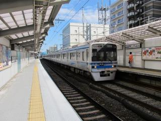 上下線とも仮設ホームに移行した京成曳舟駅。