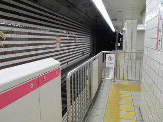 ホームの京橋方1両分は使用しないため柵で封鎖された。