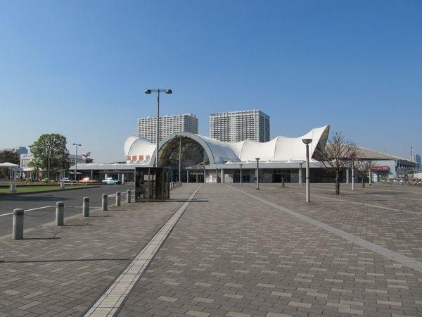 駅前ロータリーから見た国際展示場駅の駅舎。