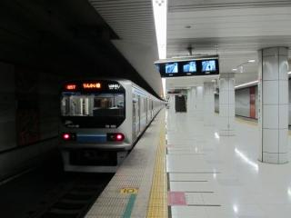 地下2階のホームと70-000形電車。
