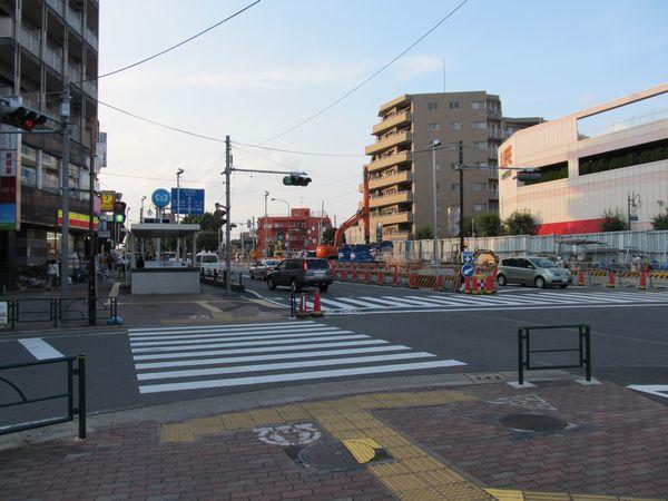 千川駅1番出入口とトンネル建設のための重機
