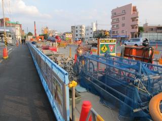 要町通りのアンダーパスが始まる直前まで作業帯は続く。