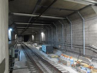 千川駅ホーム端から小竹向原駅方面を見る。保守用側線が撤去されトンネル取り壊しの準備が始まった。