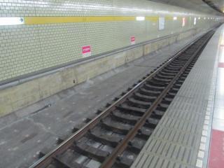 千川駅構内の床には線路の移設準備らしき穴が見られた。