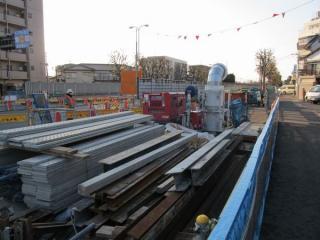 ここから先は要町通りがアンダーパスとなるため工事は終了。足場の床板や送風機が見られる。