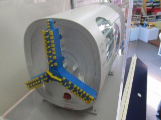 工事現場地上の「連絡線展示室」にあるシールドマシンの模型。