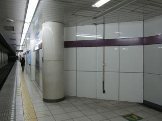 半蔵門線側ホームにある都営新宿線階段部分の出っ張り。