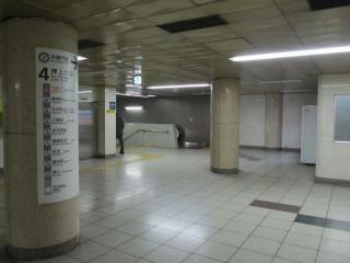 渋谷方の階段・エスカレータの地下3階部分。エスカレータ脇の壁が今後撤去される。