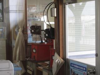久留里線横田駅の駅事務室にあるタブレット閉塞機(中央に見える赤い箱)。