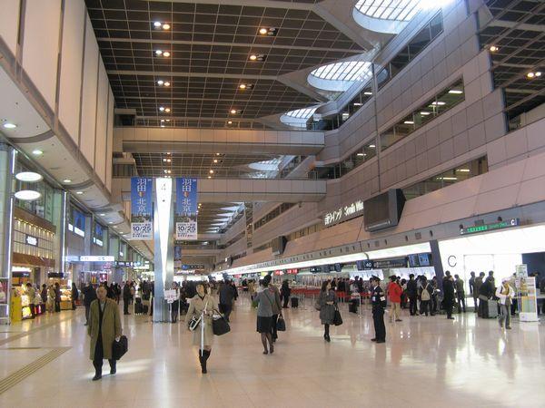 出発地である羽田空港第1ターミナル出発ロビー。