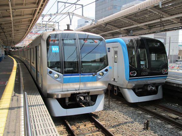 混雑緩和に向け大規模投資が続く東京メトロ東西線。ワイドドア車15000系(右)の大量投入に加え、今後は南砂町駅のホーム2面3線化など施設側の大改良が予定されている。 border=