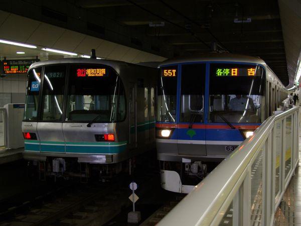 乗り入れ先の東急目黒線日吉駅で並んだ東京メトロ南北線9000系と都営三田線6300系