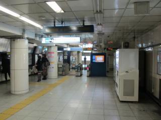 中野寄りの駅端にある改札口は改良工事で廃止される。