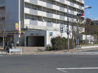 砂町ポンプ場跡に建設された都営住宅・公共施設の複合ビル脇にある2b出入口。