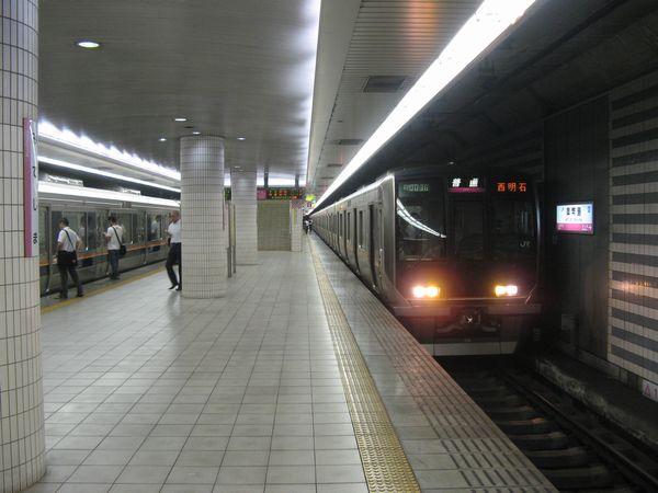 地下2階のホームと321系西明石行き電車。