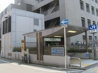 西淀川区役所前にある御幣島駅1号出入口と換気塔。