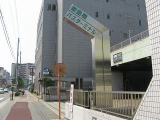 歌島橋バスターミナル入口。奥に御幣島駅の2号出入口がある。
