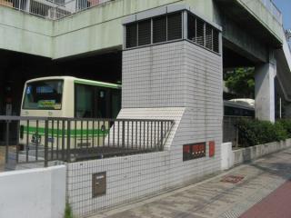 歌島橋バスターミナル内にあるJR東西線御幣島変電所の換気塔。