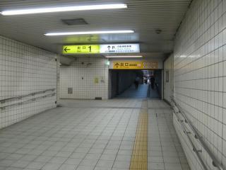 京橋方はそのまま地下駐輪場・歌島橋地下横断歩道に続く。