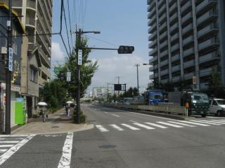 御幣島2丁目交差点付近からみてじま筋の北を見たところ。沿道はマンションが多い。
