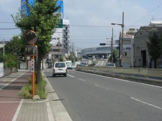 御幣島6丁目交差点付近。交差点を過ぎるとみてじま筋は東海道線を越えるため陸橋となる。