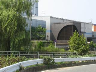 御幣島換気所を別角度から見る。換気口左の銀色のビルはトンネル上部に位置している。