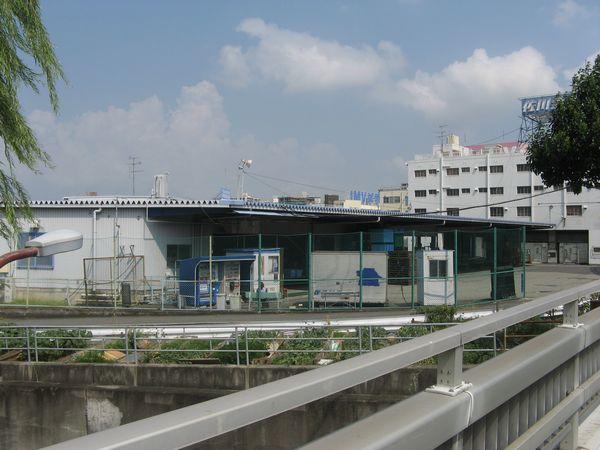 御幣島換気所の先は佐川急便の配送センターがある。トンネルはこの建屋をかすめるように通る。
