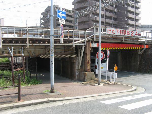 加島駅の手前にある東海道線をくぐる架道橋
