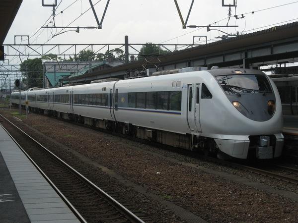 長浜駅に進入する683系する特急「しらさぎ」。湖西線開業により、北陸本線を経由する特急は大きく減少した。