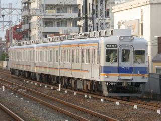 両開きドアの7100系(住吉公園駅)