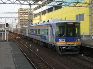 10000系特急「サザン」(前4両が10000系。堺駅)
