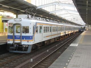 片開きドアが特徴の7000系(堺駅)