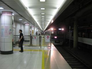 2番腺ホーム中央の京成本線ホーム・成田スカイアクセス線ホームの仕切り