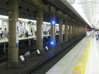 京成本線の列車の停車目標は青色に発光する。