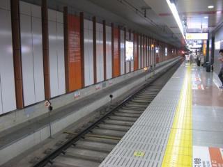 成田スカイアクセス線の列車の停車目標は橙色に発光する。