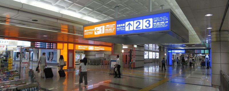 ホーム上階のコンコース。空港第2ビル駅と同様京成本線側に中間改札口がある。