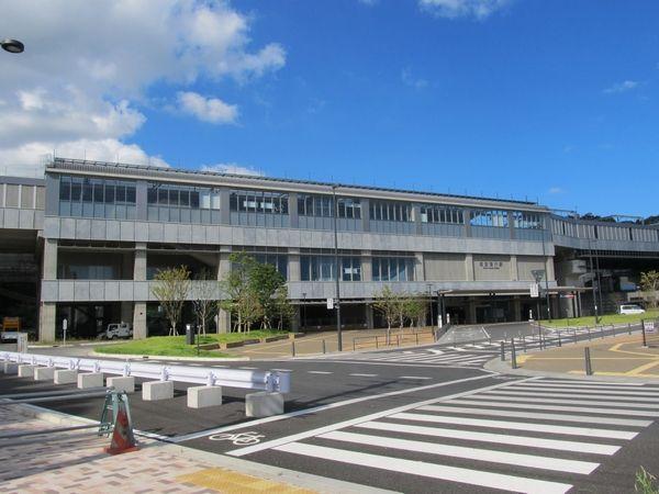 駅前ロータリーから見た成田湯川駅