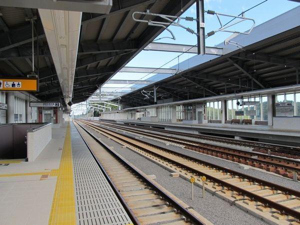成田湯川駅のホーム
