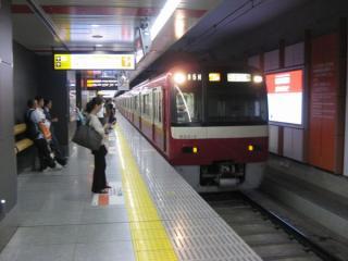 空港第2ビル駅1番線(増設)ホームと停車中の京急600形アクセス特急羽田空港行き
